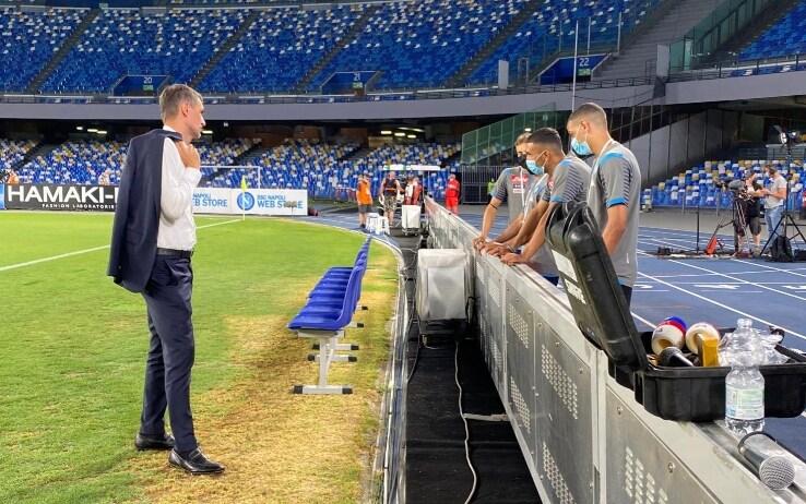 Maldini parla a bordo campo con i ragazzi della Primavera del Napoli