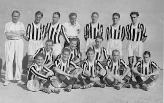 """*** Collection Juventus ***Foto Publifoto/LaPresseanno 1932/33Archivio StoricoSport CalcioFormazione della Juventus del 1932/33Nella foto: Da sinistra: in alto: C. Carcano (allenatore), R. Cesarini, V. Rosetta (capitano), G. Combi, U. Caligaris, M. Ferrero, F. Munerati; al centro: M. Varglien (I), L. Monti, L. Bertolini; in basso: P. Sernagiotto """"Ministrinho"""", G. Varglien (II), F. Borel (II), G. Ferrari, R. Orsi.Photo Publifoto/LaPresse1932/33'sHistorical ArchiveSport Soccerjuventus team 1932/33In the photo: Da sinistra: in alto: C. Carcano (allenatore), R. Cesarini, V. Rosetta (capitano), G. Combi, U. Caligaris, M. Ferrero, F. Munerati; al centro: M. Varglien (I), L. Monti, L. Bertolini; in basso: P. Sernagiotto """"Ministrinho"""", G. Varglien (II), F. Borel (II), G. Ferrari, R. Orsi."""