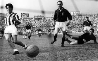15-05-1960 TorinoOmar Sivori (San Nicolas de los Arroyos, 2 ottobre 1935 – San Nicolás de los Arroyos, 17 febbraio 2005) è stato un calciatore e allenatore di calcio italo-argentinoNella foto: partita Juventus - Milan - Goal di Omar Sivori