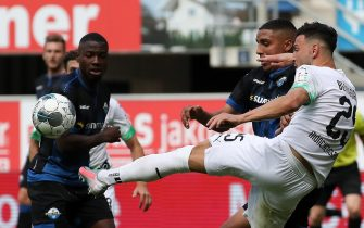epa08498454 Moenchengladbach's Ramy Bensebaini in action against Paderborn's Jamilu Collins (L) during the German Bundesliga soccer match between SC Paderborn 07 and Borussia Moenchengladbach in Paderborn, Germany, 20 June 2020.  EPA/FOCKE STRANGMANN / POOL CONDITIONS - ATTENTION: The DFL regulations prohibit any use of photographs as image sequences and/or quasi-video.