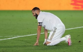 epa08539531 Real Madrid's striker Karim Benzema reacts after suffering an injury during the Spanish LaLiga soccer match between Real Madrid and Deportivo Alaves at Alfredo Di Stefano stadium, in Madrid, Spain, 10 July 2020.  EPA/JuanJo Martin
