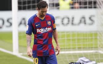 epa08512869 FC Barcelona's Lionel Messi reacts during the Spanish La Liga soccer match between Celta Vigo and FC Barcelona at Balaidos Stadium in Vigo, northern Spain, 27 June 2020.  EPA/LAVANDEIRA JR