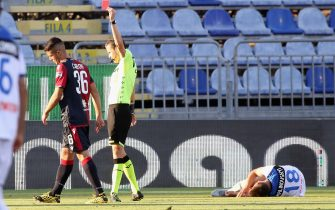 CAGLIARI, ITALY - JULY 05: Andrea Carboni of Cagliari receives the red card from the referee during the Serie A match between Cagliari Calcio and  Atalanta BC at Sardegna Arena on July 5, 2020 in Cagliari, Italy.  (Photo by Enrico Locci/Getty Images)
