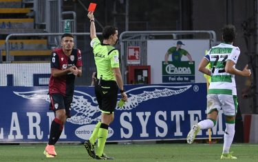 CAGLIARI, ITALY - JULY 18: Referee Giovanni Ayroldi shows the red card to Andrea Carboni of Cagliari Calcio during the Serie A match between Cagliari Calcio and  US Sassuolo at Sardegna Arena on July 18, 2020 in Cagliari, Italy. (Photo by Emanuele Perrone/Getty Images)