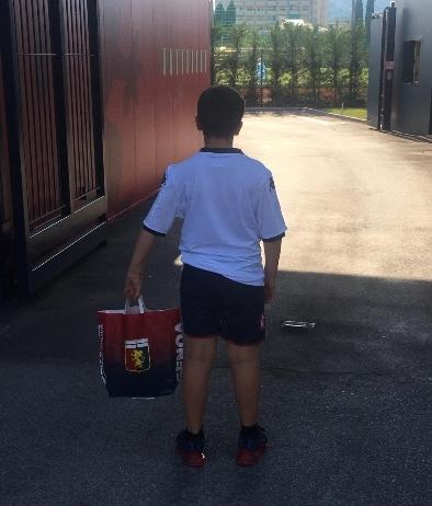 Il giovane tifoso in attesa al centro sportivo di Pegli