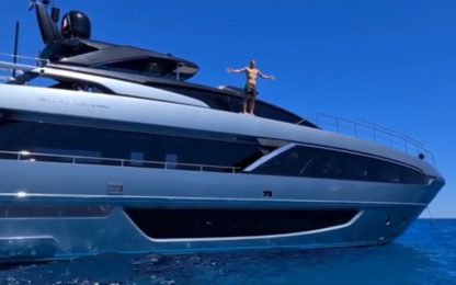 Da leone a squalo: Ibra si tuffa dallo yacht VIDEO