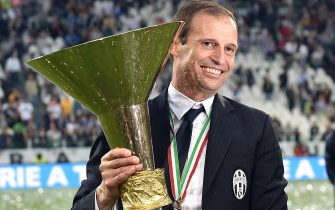 Juventus' coach Massimiliano Allegri celebrates with the trophy of Italian Serie A soccer championship at the end of the match against SSC Napoli in Turin, Italy, 23 May 2015.ANSA/ALESSANDRO DI MARCO