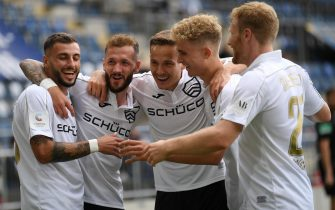 epa08514328 Jonathan Clauss (L) of Bielefeld celebrates with teammates after scoring the 3-0 lead during the German Bundesliga Second Division soccer match between DSC Arminia Bielefeld and FC Heidenheim 1846 in Bielefeld, Germany, 28 June 2020.  EPA/STUART FRANKLIN / POOL CONDITIONS - ATTENTION: The DFL regulations prohibit any use of photographs as image sequences and/or quasi-video.