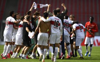 epa08500653 Stuttgart's players celebrate winning the German Bundesliga Second Division soccer match between 1. FC Nuernberg and VfB Stuttgart at Max Morlock stadium in Nuremberg, Germany, 21 June 2020.  EPA/LUKAS BARTH-TUTTAS ATTENTION: The DFL regulations prohibit any use of photographs as image sequences and/or quasi-video.