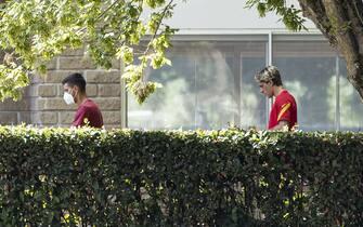 Lorenzo Pellegrini (s) e Nicola Zaniolo all'arrivo a Trigoria per la prima sessione di allenamento della pre-season; Roma, 27 agosto 2020. ANSA/MASSIMO PERCOSSI