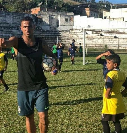 Danilo allenatore con i suoi bambini