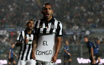 Argentinian forward of Juventus Carlos Tevez celebrates after scoring the 1-0 goal lead during Italian Serie A soccer match Atalanta-Juventus at Atleti Azzurri d'Italia Stadium in Bergamo, 27 September 2014. ANSA/PAOLO MAGNI