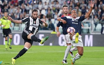 Juventus's Gonzalo Higuain (L) and Cagliari's Bruno Alves in action during the Serie A soccer match Juventus-Cagliari at juventus Stadium in Turin, Italy, 21 September 2016 ANSA/ALESSANDRO DI MARCO