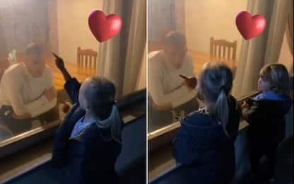 Dzeko isolato: parla coi figli attraverso il vetro