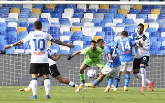 Napoli's forward Matteo Politano (C) scores a goal during the Italian Serie A  soccer  match SSc Napoli vs Atalanta BC at the San Paolo stadium in Naples, Italy, 17 October 2020. ANSA / CIRO FUSCO