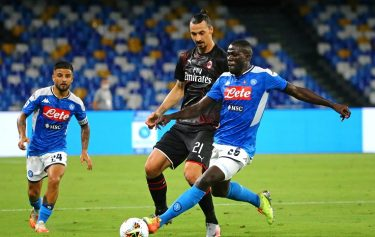 NAPLES, ITALY - JULY 12: Zlatan Ibrahimovic of AC Milan competes for the ball with Kalidou Koulibaly and Lorenzo Insigne of SSC Napoli ,during the Serie A match between SSC Napoli and AC Milan at Stadio San Paolo on July 12, 2020 in Naples, Italy. (Photo by MB Media/Getty Images)
