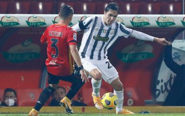 BENEVENTO, ITALY - NOVEMBER 28: (BILD ZEITUNG OUT) Federico Chiesa of Juventus Turin and Gaetano Letiza of Benevento battle for the ball during the Serie A match between Benevento Calcio and Juventus at Stadio Ciro Vigorito on November 28, 2020 in Benevento, Italy. (Photo by Matteo Ciambelli/DeFodi Images via Getty Images)