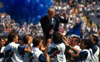 © Delmati/LaPresse25-06-1989 Milano, ItaliaCalcioInter campione d'Italia 1988-89Nella foto: Giovanni Trapattoni portato in trionfo.