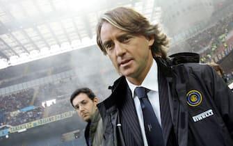 L'allenatore dell'Inter Roberto Mancini durante il match di Serie A contro la Reggina il 19 novembre 2006.ANSA/DANIEL DAL ZENNARO