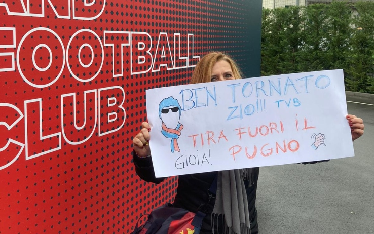 Una tifosa arrivata da Rapallo per dare il bentornato a Ballardini. FOTO SKY