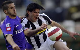 Juventus's Vincenzo iaquinta (R) challenges for the ball with Alessandro gamberini of Fiorentina's (L) during their Italian serie A football match at Turin Olympic Stadium on March 2, 2008.  AFP PHOTO/ Luigi BERTELLO (Photo credit should read LUIGI BERTELLO/AFP via Getty Images)