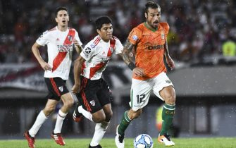 BUENOS AIRES, ARGENTINA - FEBRUARY 16:  Daniel Osvaldo of Banfield moves the ball against Robert Rojas of River Plate during a match between River Plate and Banfield as part of Superliga 2019/20 at Antonio Vespucio Liberti Stadium on February 16, 2020 in Buenos Aires, Argentina. (Photo by Rodrigo Valle/Getty Images)