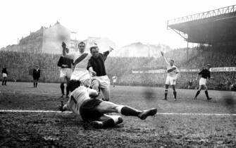 ©Silvio Durante/LapresseArchivio storicoTorino 13-03-1955Torino-Milannella foto: un'azione offensiva del Milan viene bloccata dalla difesa del Toro durante la partita Torino-Milan terminata 1-2NEG- 72233