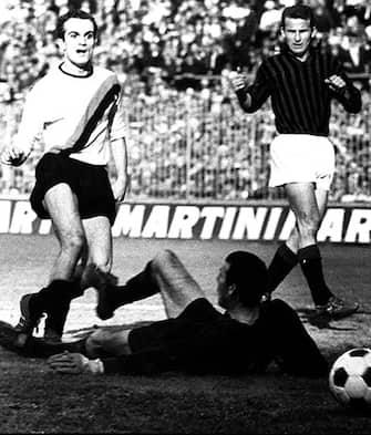 ©PUBLIFOTO/LAPRESSEMILANO   ITALIA  28-03-1965 CAMPIONATO ITALIANO 1964/5    INTER -MILAN 5-2NELLA FOTO IL GOL DI SANDRO MAZZOLA CON ALLE SPALLE IL GIOCATORE DEL MILAN GIOVANNI TRAPATTONI