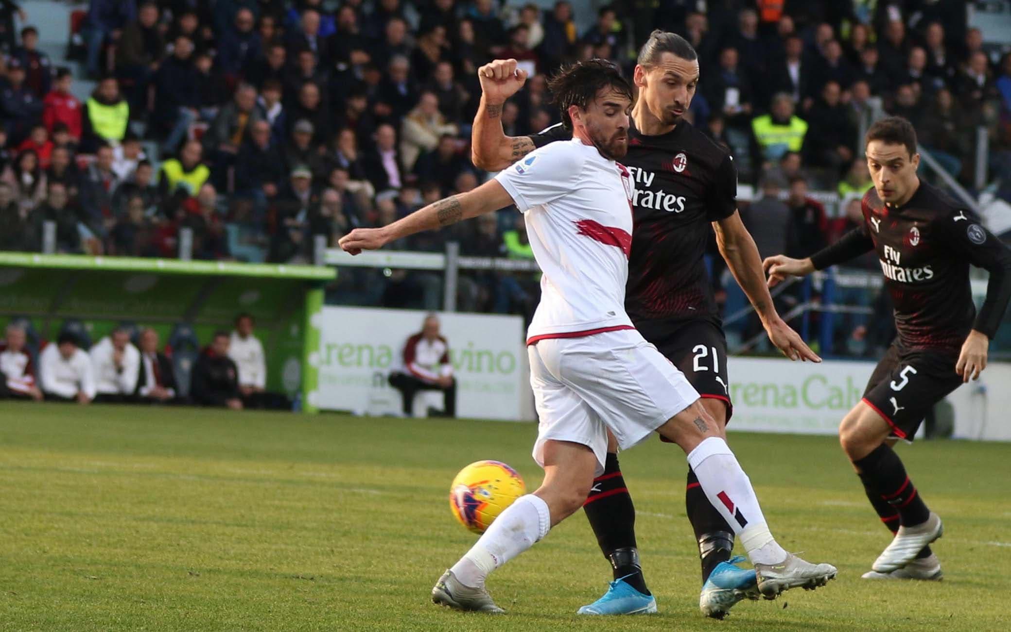 epa08119830 Milan's Zlatan Ibrahimovic (C) scores during the Italian Serie A soccer match between Cagliari Calcio and AC Milan at Sardegna Arena stadium in Cagliari, Italy,11 January 2020.  EPA/FABIO MURRU