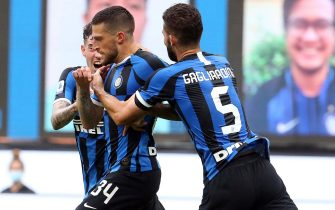 Inter's Cristiano Biraghi (C) celebrates with his teammates after scoring the 2-1 goal during the Italian serie A soccer match  FC Inter vs US Sassuolo  at Giuseppe Meazza stadium in Milan, Italy, 24 June  2020.ANSA / MATTEO BAZZI