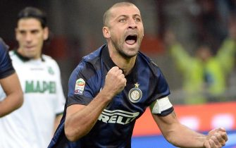 Inter Milan Argentinian defender Walter Samuel (R) celebrates after scoring the 1-0 lead during the Serie A soccer match between Inter Milan and Sassuolo at the Giuseppe Meazza stadium in Milan, Italy, 9 February 2014. ANSA/DANIEL DAL ZENNARO
