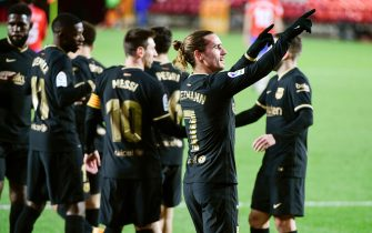 epa08929093 FC Barcelona's striker Antoine Griezmann (C) celebrates with teammates after scoring the 0-4 goal during the Spanish LaLiga soccer match between Granada CF and FC Barcelona held at Nuevo los Carmenes stadium, in Granada, southern Spain, 09 January 2021.  EPA/Miguel Angel Molina