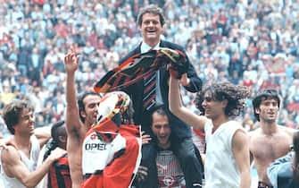 I rossoneri festeggiano il 15/mo scudetto portando in trionfo l'allenatore Fabio Capello dopo Milan-Fiorentina il 28 aprile 1996. ANSA / CARLO FERRARO