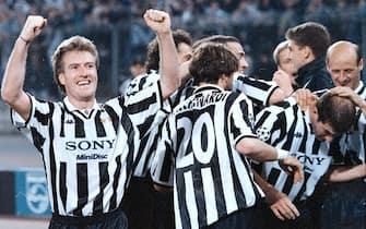 Il centrocampista della Juventus, Zinedine Zidane (D), esulta con i compagni dopo aver segnato il gol del 4-1 contro l'Ajax nella semifinale di ritorno della Champions League, Torino, 23 aprile 1997. ANSA/FERRARO