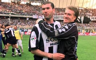 L'esultanza dei giocatori della Juventus Zinedine Zidane e Didier Deschamps dopo il 3-2 al Bologna a Torino che ha consegnato ai bianconeri il loro 25° scudetto, 10 maggio 1998. ANSA