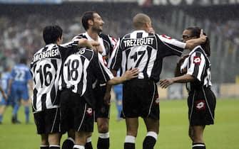 Esultanza dei giocatori della Juventus dopo il gol di Trezeguet al Perugia nella partita che sancisce il 27/mo scudetto vinto dai bianconeri, 10 maggio 2003. Si trattera' dell'ultimo scudetto vinto ufficialmente dai bianconeri prima di quello del 2012, visto che quelli vinti sul campo nel 2005 e nel 2006 furono revocati o non assegnati a seguito delle vicende di Calciopoli.  ANSA
