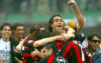 I giocatori del Milan esultano per la conquista dello scudetto, al termine della partita contro la Roma, in una immagine del 02 maggio 2004 allo stadio Giuseppe Meazza di Milano.ANSA/DANIEL DAL ZENNARO