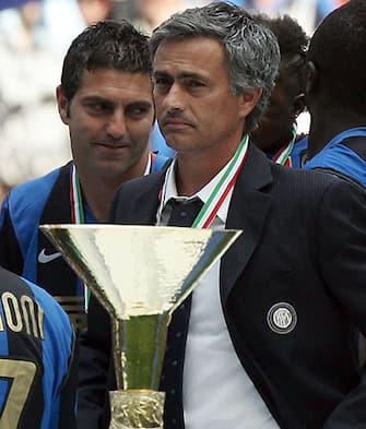 20090531 - MILANO - SPO - CALCIO: SERIE A INTER ATALANTA. L'allenatore dell'Inter Josè Mourinho durante la premiazione per lo scudetto 2008-2009, oggi pomeriggio allo stadio di S Siro per l'itlima giornta del campionato di serie A.MATTEO BAZZI / ANSA