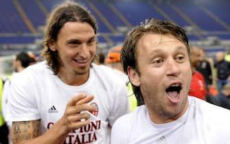 I giocatori del Milan Cassano e Ibrahimovic durante i festeggiamenti per il 18mo scudetto al termine dell'anticipo della 36ma partita di serie A Roma Milan, questa sera 7 maggio 2011 allo Stadio Olimpico di Roma.    ANSA / MAURIZIO BRAMBATTI