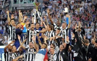 Juventus players celebrate the Scudetto, the Italian Serie A trophy, during the ceremony at the end of the Italian Serie A soccer match Juventus FC vs Cagliari Calcio at Juventus Stadium in Turin, Italy, 11 May 2013.ANSA/DI MARCO
