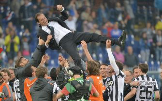 """Juventus' coach Massimiliano Allegri (up) celebrates with his players the victory of """"Scudetto"""" at the end of the Italian Serie A soccer match UC Sampdoria vs Juventus FC at Luigi Ferraris stadium in Genoa, Italy, 02 May 2015.ANSA/LUCA ZENNARO"""