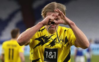 epa09026652 Erling Haaland of Dortmund celebrates after scoring the 2-0 lead during the German Bundesliga soccer match between FC Schalke 04 and Borussia Dortmund in Gelsenkirchen, Germany, 20 February 2021.  EPA/Lars Baron / POOL CONDITIONS - ATTENTION: The DFL regulations prohibit any use of photographs as image sequences and/or quasi-video.