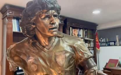 D10S, svelata la statua di Maradona. VIDEO