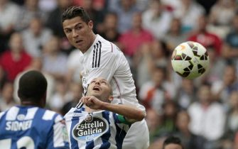 epa04409136 Real Madrid's Portuguese striker Cristiano Ronaldo (up) in action against Deportivo Coruna's defender Laureano Sanabria (C) during the Spanish Liga Primera Division soccer match played at Riazor stadium, in La Coruna, northwestern Spain, 20 September 2014.  EPA/CABALAR