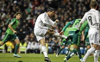 epa04518002 Real Madrid's Portuguese striker Cristiano Ronaldo (C) scores the 2-0 lead during the Spanish Primera Division soccer match between Real Madrid and Celta Vigo at Santiago Bernabeu stadium in Madrid, Spain, 06 December 2014.  EPA/EMILIO NARANJO