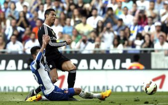 Real Madrid's Portuguese forward Cristiano Ronaldo (R) scores the opening goal during their Spanish Primera Division League soccer match against RCD Espanyol played at the Power8 stadium in Barcelona, northeastern Spain, 17 May 2015. EFE/Alberto Estevez