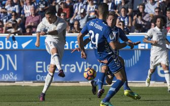 epa05608486 Real Madrid's Portuguese Cristiano Ronaldo (L) scores goal during the Spanish Liga's Primera Division match between Alaves and Real Madrid at Mendizorroza stadium in Vitoria city, Basque country, northern Spain, 29 October 2016.  EPA/ADRIAN RUIS DEL HIERRO