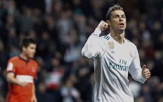 epa06512853 Real Madrid's Cristiano Ronaldo (R) celebrates the team's victory of the Spanish Primera Division soccer match between Real Madrid and Real Sociedad at the Santiago Bernabeu stadium, Madrid, Spain, 10 February 2018.  EPA/EMILIO NARANJO