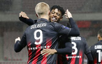 epa08773382 Kasper Dolberg (L) of Nice celebrates with teammate Robson Bambu (R) after scoring the 1-0 lead during the French Ligue 1 soccer match between OGC Nice and Lille OSC in Nice, France, 25 October 2020.  EPA/SEBASTIEN NOGIER