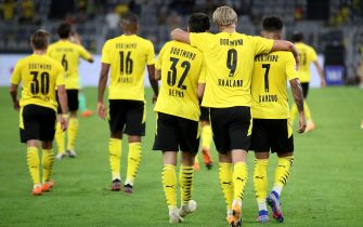 epa08682195 Dortmund's Erling Haaland (C) celebrtes scoring the third goal with Dortmund's Jadon Sancho (R) and Dortmund's Giovanni Reyna (L) during the German Bundesliga soccer match between Borussia Dortmund and Borussia Moenchengladbach in Dortmund, Germany, 19 September 2020.  EPA/FRIEDEMANN VOGEL CONDITIONS - ATTENTION: The DFL regulations prohibit any use of photographs as image sequences and/or quasi-video.